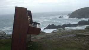 piano-retrouve-sur-une-falaise-a-plogoff-10885925ixzsz_1713