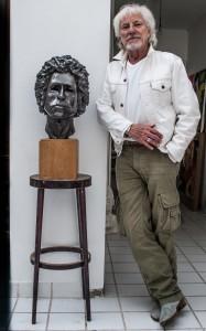 Hugues Aufray et le buste de Bob Dylan qu'il sculpté. (photo Martine Bernier)
