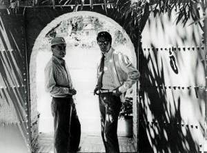 Pierre Bergé et Yves Saint Laurent à la porte du jardin (Source: Jardin de Majorette)