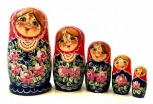 matriochka-fleurs-fond-sombre-585x400